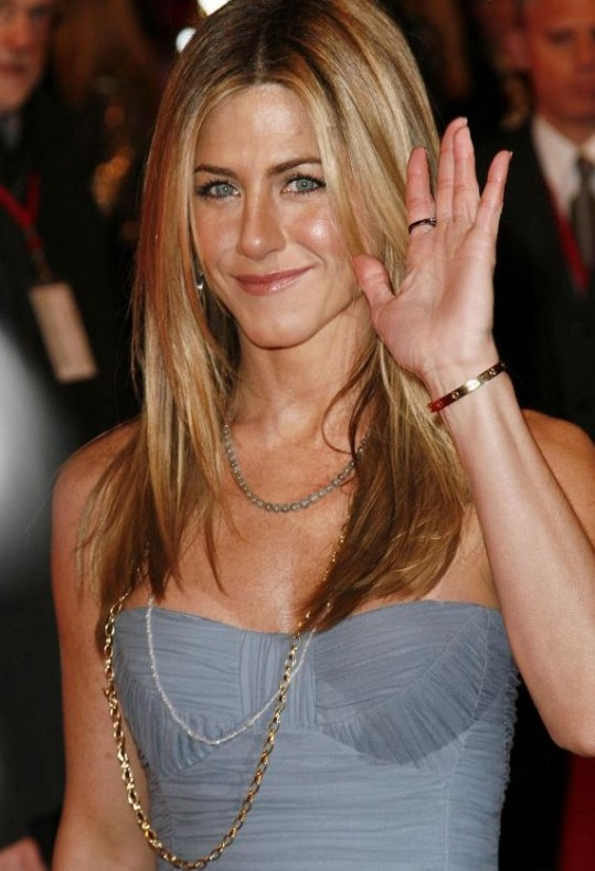 Jennifer-Aniston-and-love-bracelet